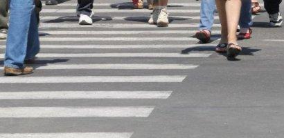A lovit o femeie pe trecerea de pietoni si a fugit de la locul accidentului.