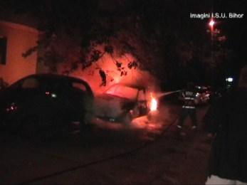 Doua autoturisme incendiate pe Strada Onestilor din Oradea. VIDEO