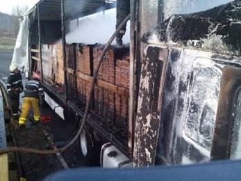 Un TIR a luat foc, in aceasta dimineata, in zona Piatra Craiului. 12 mc de furnir mistuiti in incendiu
