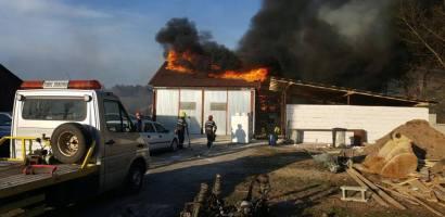 Un autoservice din Stei a luat foc, din cauza incendierii vegetatiei uscate invecinate