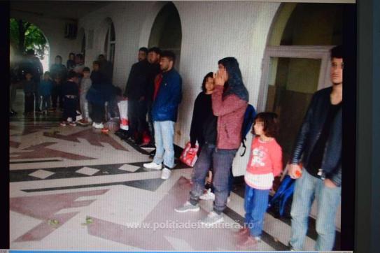 32 de irakieni ascunsi intr-un TIR cu mobila, prinsi in Vama Bors