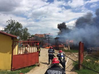 La un pas de dezastru. 6 butelii din 33 au explodat, azi in Santandrei, intr-un incendiu, la o gospodarie din localitate (GALERIE FOTO)