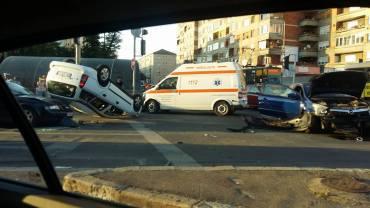 Coliziune in intersectia de la Podul Dacia, un Opel Astra a ajuns cu rotile in sus (FOTO)
