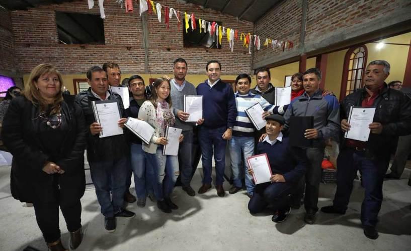 Gobernador Valdés firmó convenio y entregó recursos