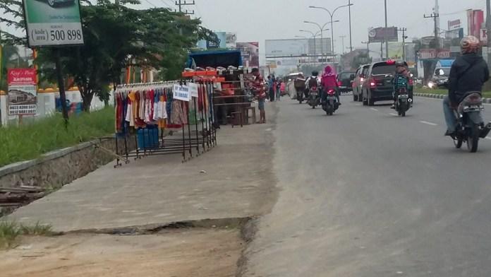 Rabu, (14/10). Kondisi trotoar di Jalan Soebrantas depan RS Jiwa Tampan, Panam, Pekanbaru. Trotoar yang lebarnya sekitar 2 meter dimanfaatkan untuk berjualan oleh masyarakat.