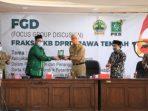 Ketua FPKB DPRD Jateng Sarif Abdillah (dua dari kiri) saat memberikan cindera mata kepada Gubernur Jateng Ganjar Pranowo.