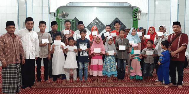 Panitia Ramadan Masjid Al-Hurriyah Serahkan Santunan Anak Yatim