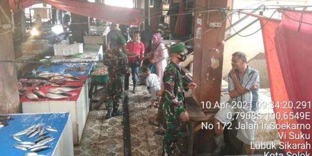 Personel Koramil 01/Kubung Aktif Ingatkan Disiplin Prokes di Pasar Raya Kota Solok
