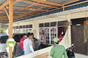 Bhabinkamtibmas Pantau Penyaluran Bantuan Sembako Bagi Warga Isolasi Mandiri di Rumah