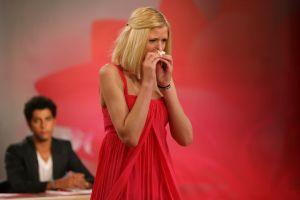 Catherine Kropp muss die Entscheidung gar nicht mehr abwarten und wird gleich von Heidi aus der Sendung gehievt © ProSieben/ Ralf Juergens