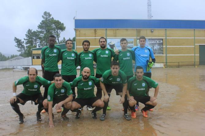 La lluvia no acaba con las sonrisas previas al partido. Foto: Candi