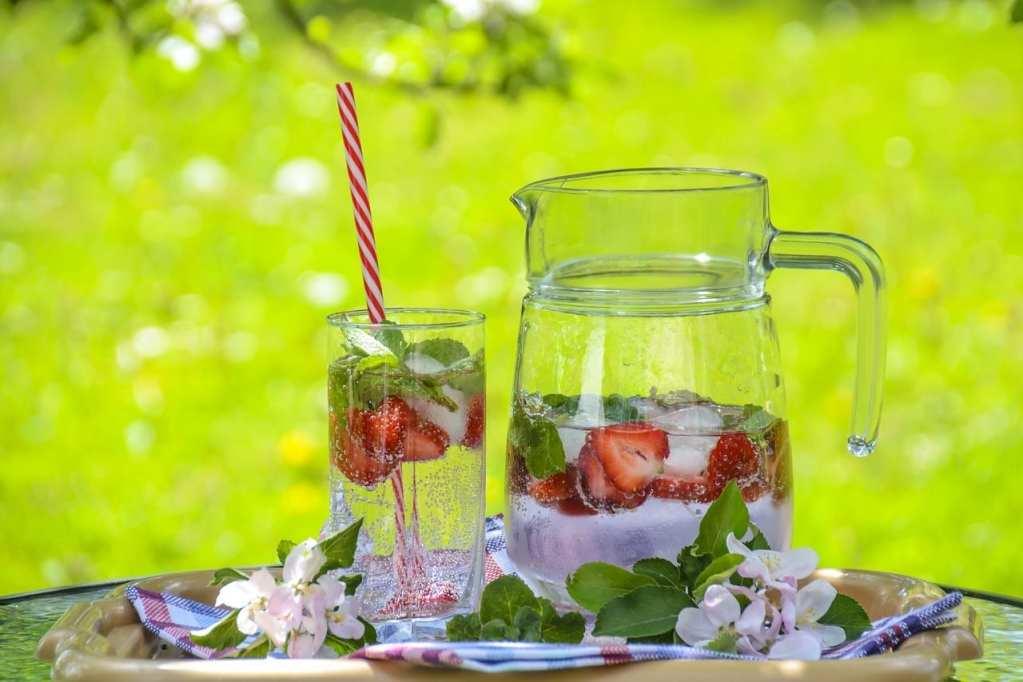refrescos agua jarra vaso fresas
