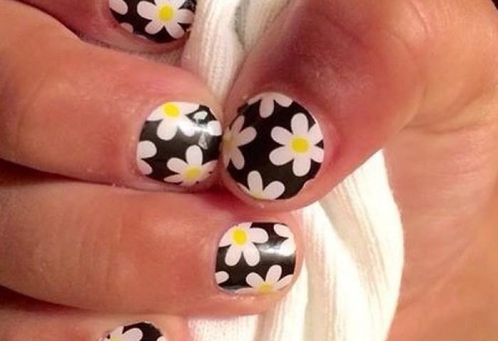 Uñas Decoradas Negras Con Flores Blancas