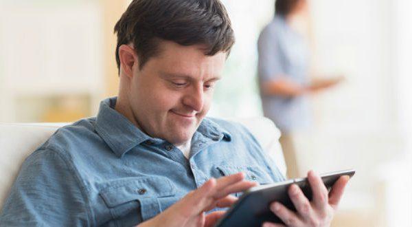 Joven con síndrome Down leyendo en una tablet
