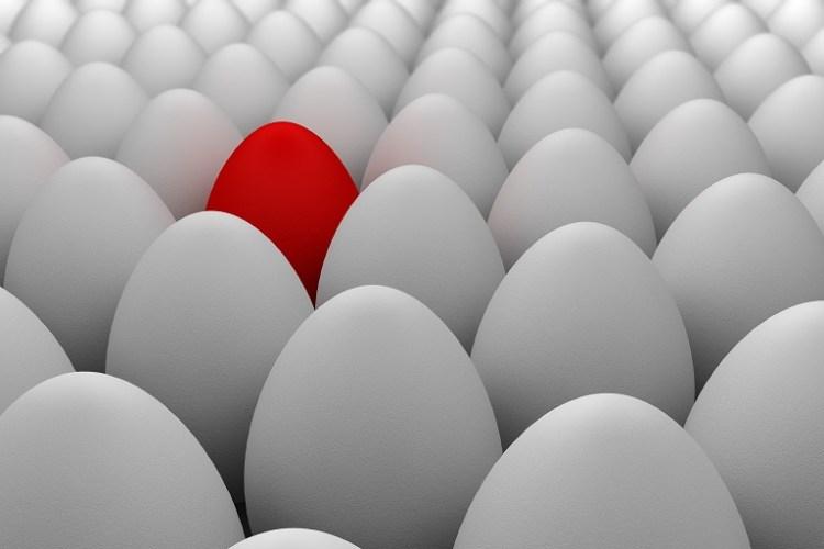 Imagen que muestra un huevo rojo entre huevos blancos