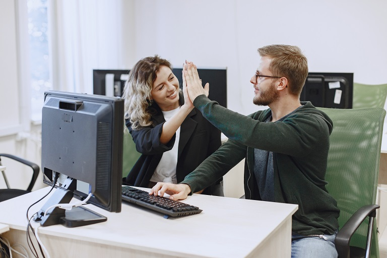 dos personas chocándose las manos