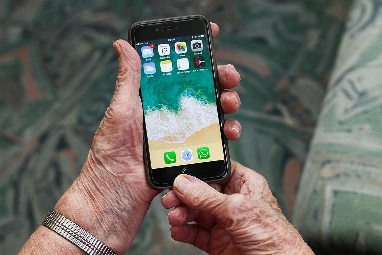 manos de anciana con un celular