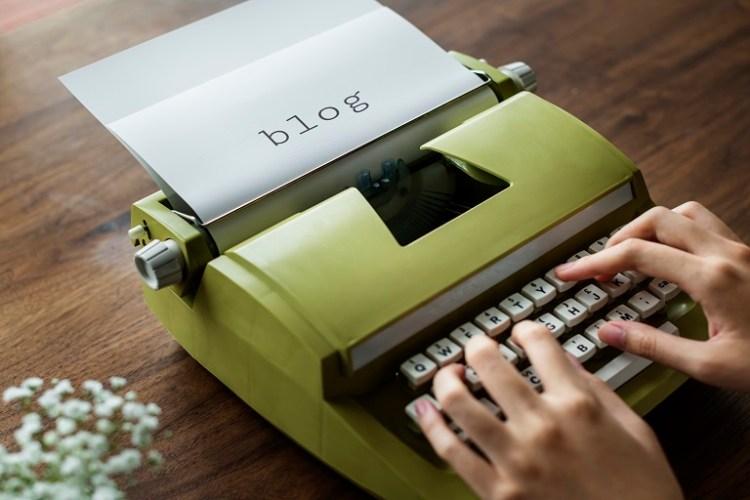 manos de mujer escribiendo en una máquina