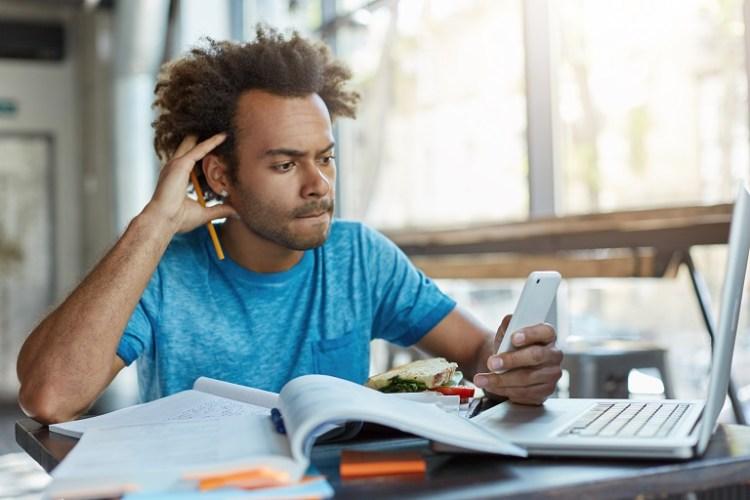 científico joven escribiendo un artículo