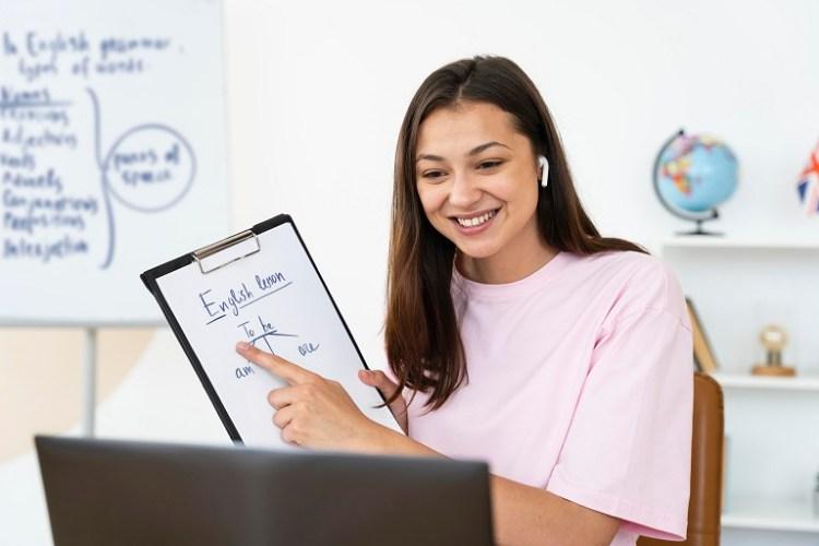 profesora dando clases en línea