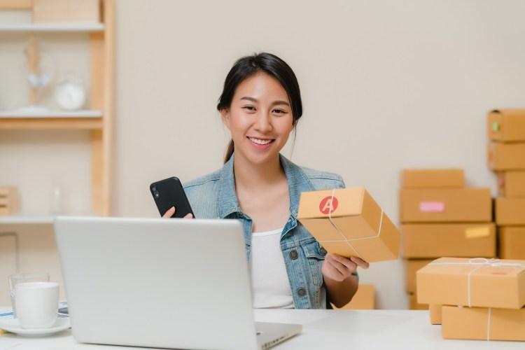 mujer vende productos por ingternet