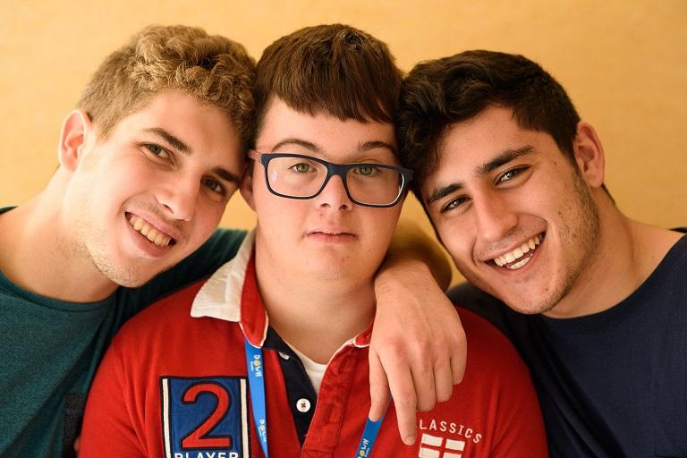 Tres muchachos, uno de los cuales tiene sindrome Down