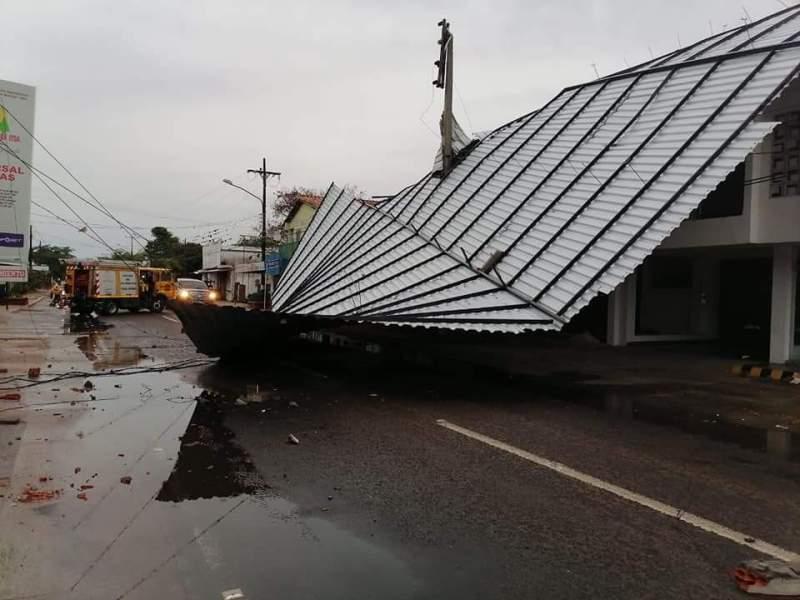 """FB_IMG_1603712968529 Temporal """"destechó"""" una estructura, dejó sin luz y TV cable a varios barrios"""