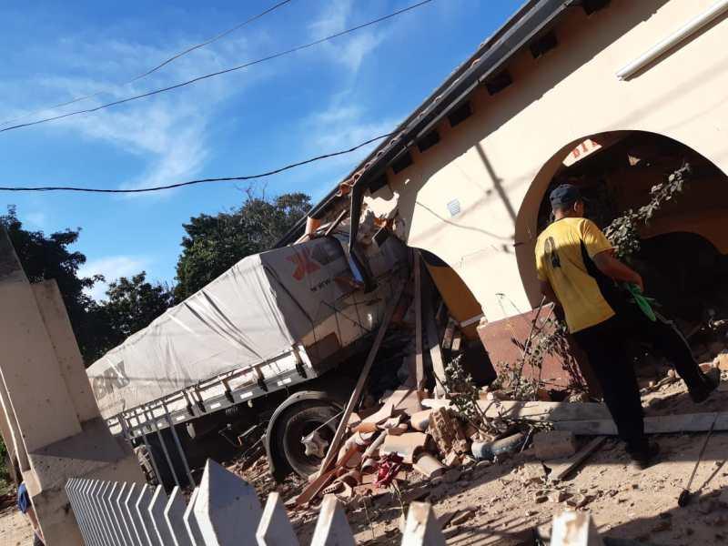 IMG-20210527-WA0070 Chófer perdió el control de su camión y colisionó contra edificación para evitar un mal mayor