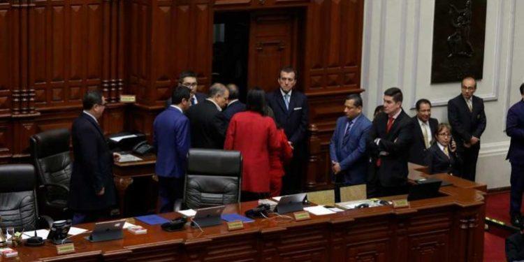 Congresistas atrapados en el Pleno empujaron y forcejearon puertas para salir