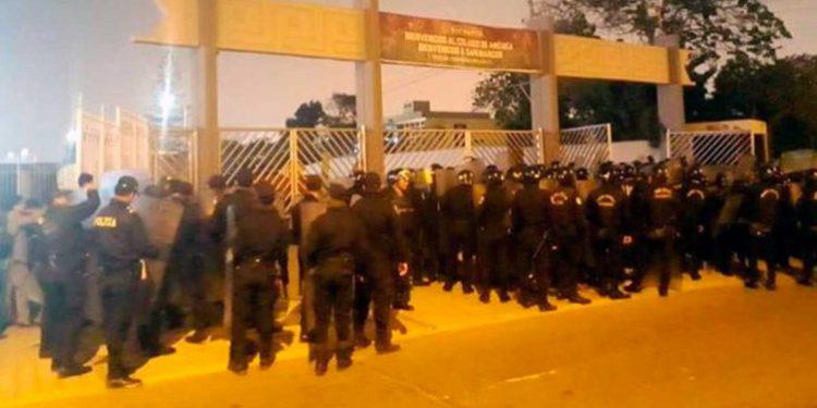 PNP ingresa al campus universitario para expulsar a alumnos que tomaron la UNMSM