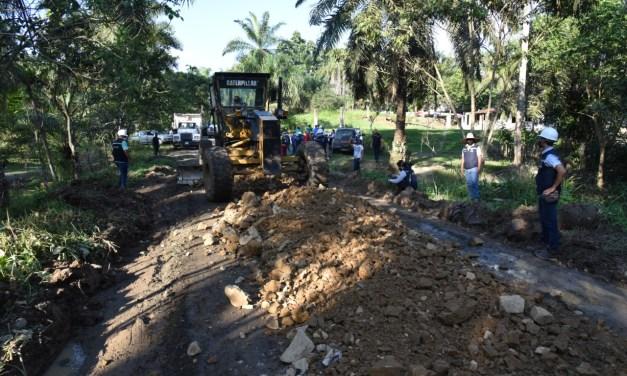 Prefecta supervisa avance de mantenimiento vial en la parroquia Monterrey