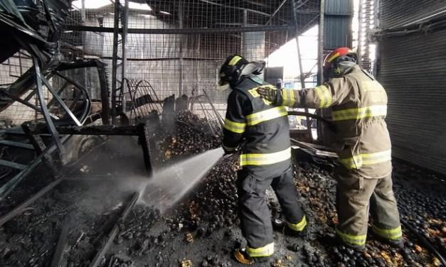 Bomberos Quito controla incendio estructural en locales del Mercado Mayorista
