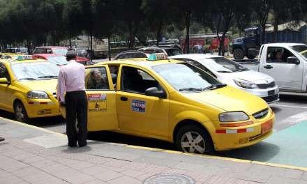 COE autoriza que taxis puedan movilizar a personas que cumplan trabajo presencial