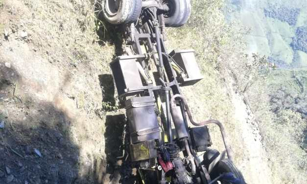 Grúa y carro que trasladaba caen a un barranco