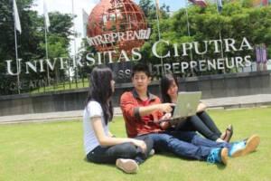 Foto Mahasiswa di Depan Patung Entrepreneurship