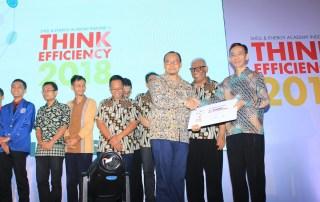 Penyerahan hadiah Juara 1 Kategori Tribologi kepada Pak Daniel MW dari Informatika Universitas Ciputra
