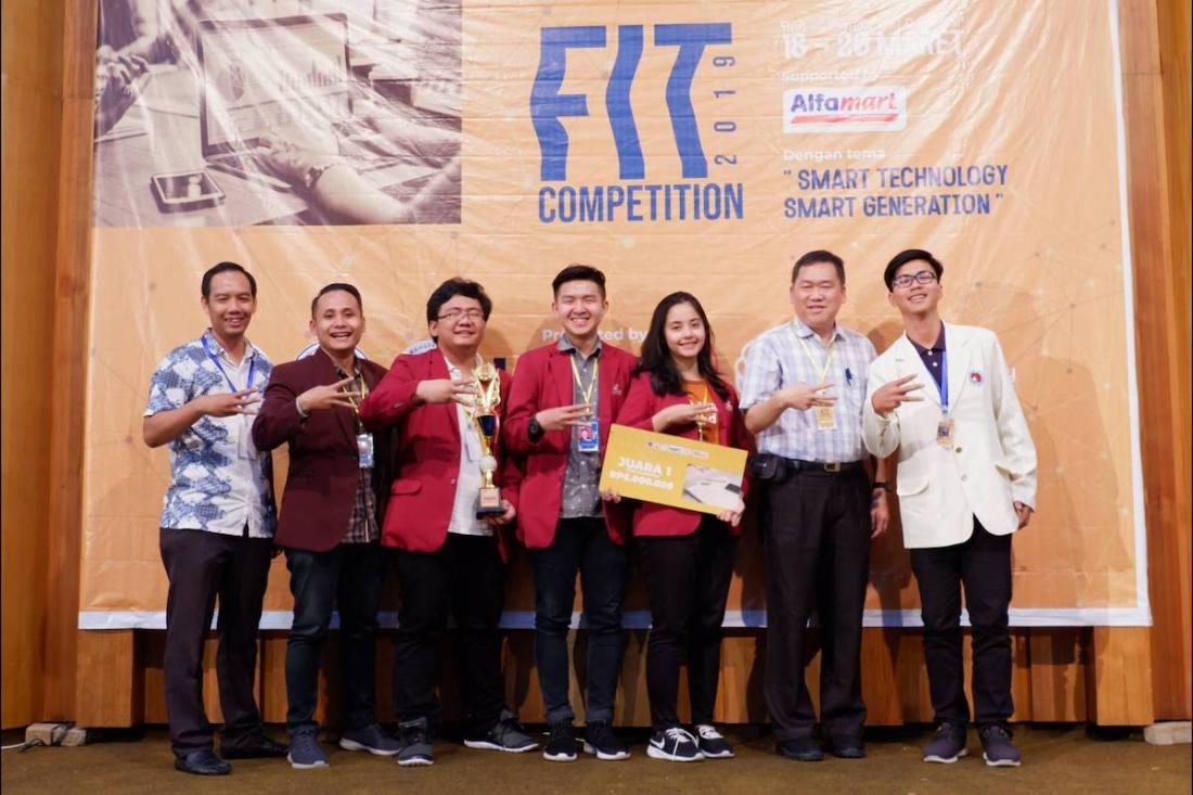 Team UC 2 dari Informatika Universitas Ciputra menerima hadiah sebagai Juara 1 Kategori Mobile pada Fit Competition 2019 yang diselenggarakan Universitas Kristen Satya Wacana