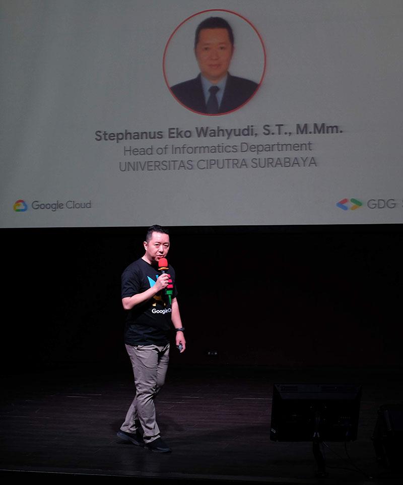 Kaprodi Informatika Universitas Ciputra Surabaya memberikan sambutan dalam Google Cloud Next Extended 2019 Surabaya