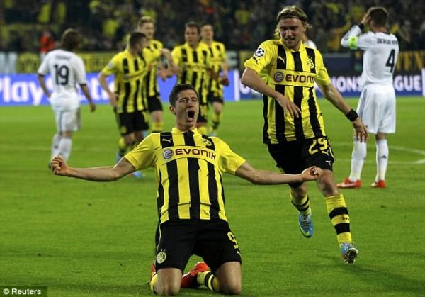 Robert Lewandowski to Remain With Dortmund For One More Year.