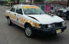 Choque de taxi deja daños materiales