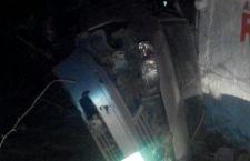 Abandonan vehículo tras sufrir volcadura