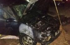 Incendian vehículo; sólo daños materiales