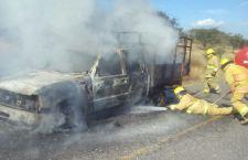 Camioneta arde en llamas