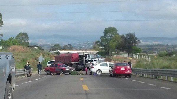 Bloquean carretera en Nochixtlán por limpieza del Palacio Municipal