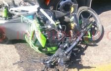 Estudiantes en moto se impactan contra camioneta