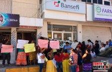 Protestan mujeres damnificadas por terremoto en oficinas de Bansefi y CFE
