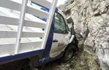Se impacta camioneta contra piedras