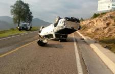 Vuelca camioneta sobre carretera a Tlaxiaco