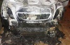 Arde vehículo por corto circuito