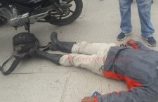 Resulta motociclista con fractura al impactarse en taxi